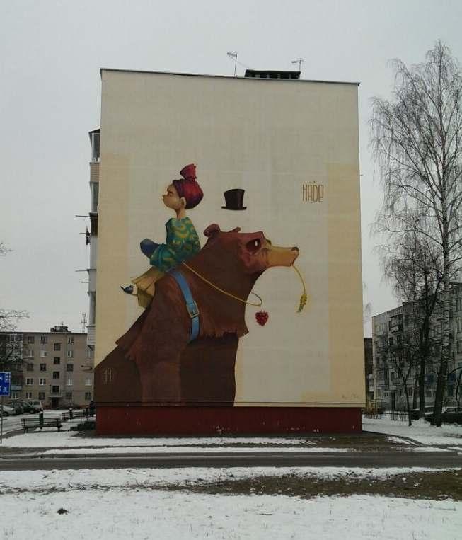 Girl with Bbar дівчина з ведмедем fille avec un ours дзяўчына з мядзведзем Dziewczynka z niedźwiedziem graffiti Baranowicze Baranovichi