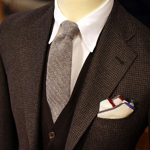 グレーネクタイとブラウンのジャケット1