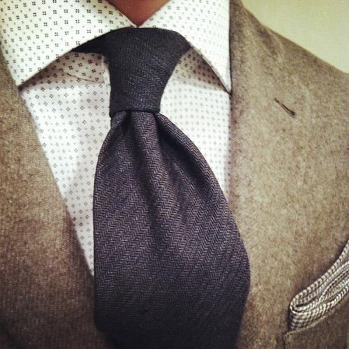 グレーネクタイとブラウンのジャケット3