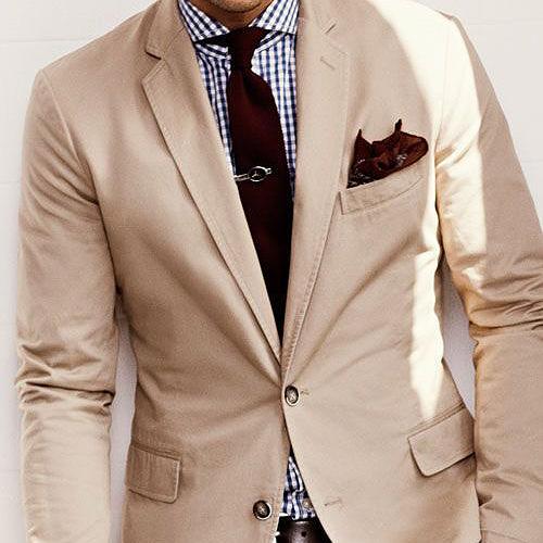 茶色ネクタイとベージュスーツ