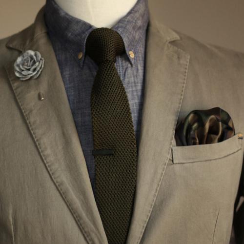 緑ネクタイとデニムシャツ
