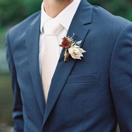 白の無地ネクタイ