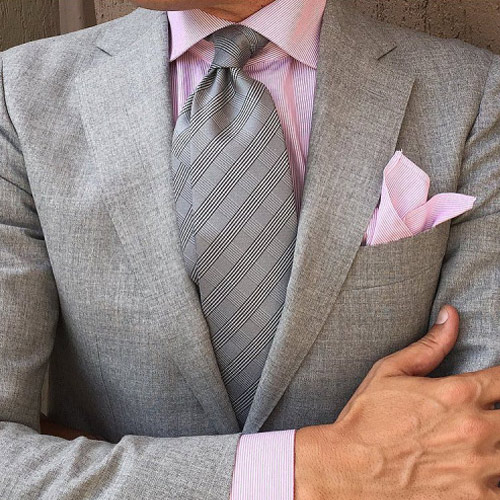 ピンクシャツとグレーネクタイ