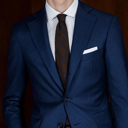 茶色ネクタイと紺スーツ