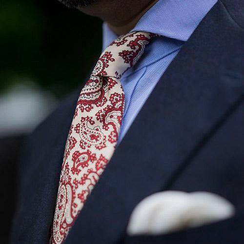 紺スーツとペイズリーネクタイ