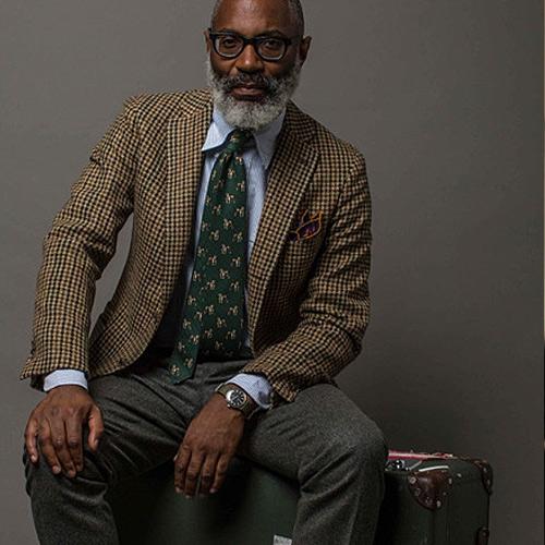 緑ネクタイとブラウンチェックジャケット