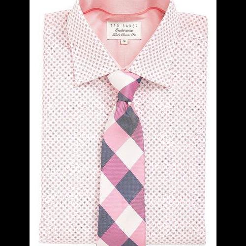 ピンクシャツとチェックネクタイ