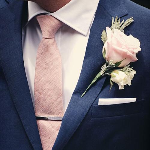 ピンクネクタイと紺スーツ