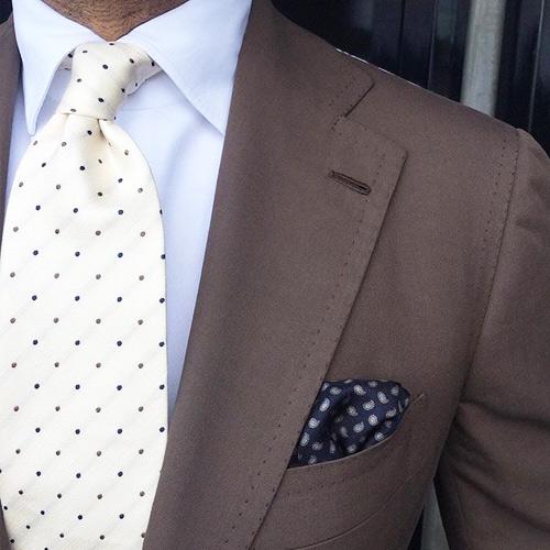 結婚式に使えるブラウンスーツと白ネクタイ