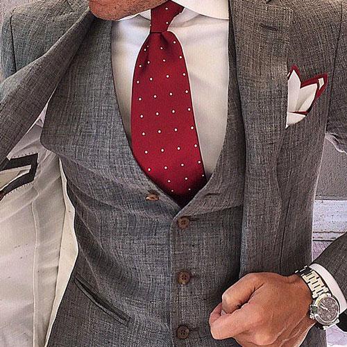 赤ドットネクタイとグレースーツ