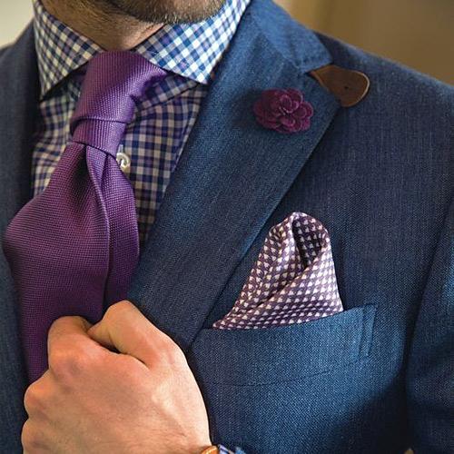 紫ネクタイと紺スーツ