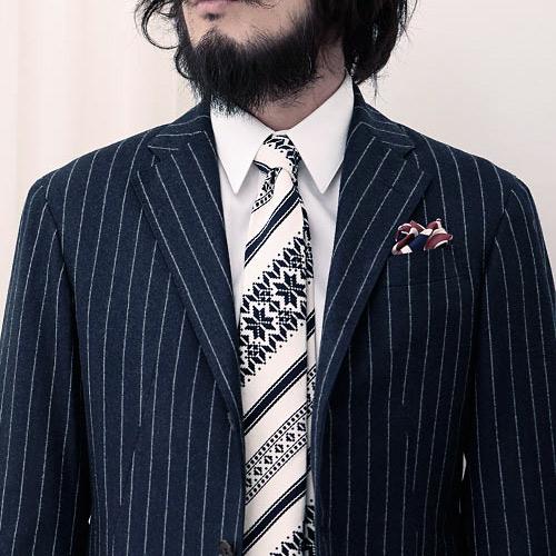 紺ストライプスーツとツンドラのネクタイ