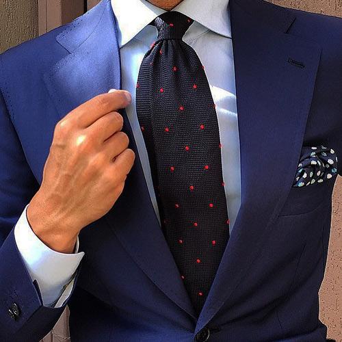 黒ドットネクタイと紺スーツ