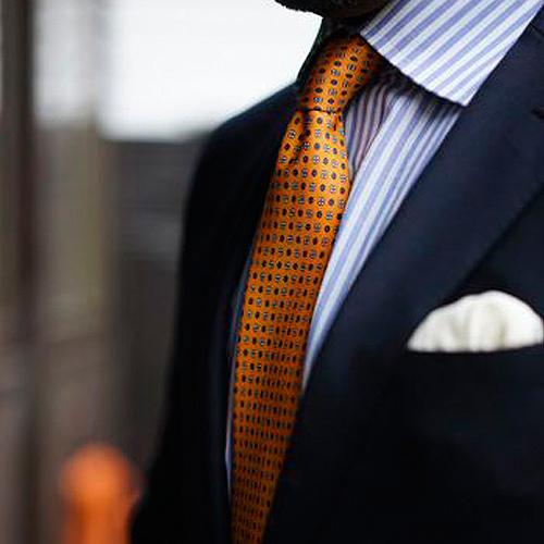 ストライプシャツと反対色のネクタイ