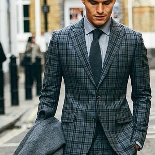 緑ネクタイとチェックスーツ