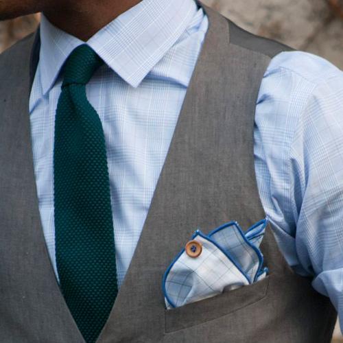 緑ネクタイとブルーシャツ