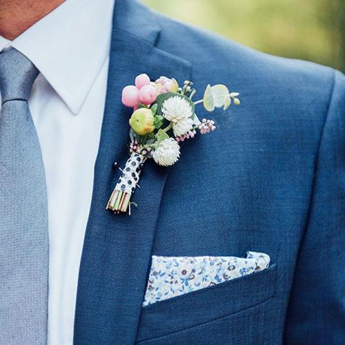 ブルースーツとグレーネクタイ