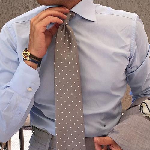 ブルーシャツとドットネクタイ