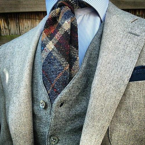 タータンチェックタイ×ストライプシャツ×ベージュスーツ