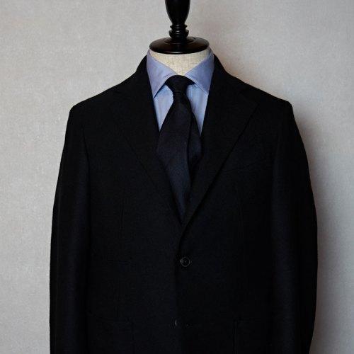 黒スーツに合う黒ネクタイ