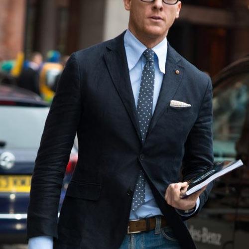 黒スーツとグレードットネクタイ