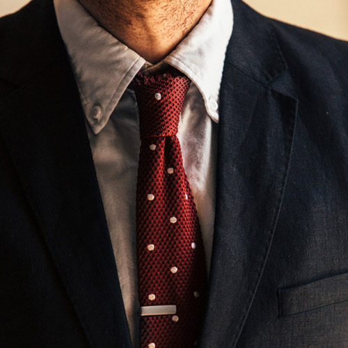 黒いスーツに合うネクタイ