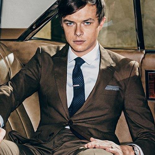 紺のネクタイとブラウンジャケット