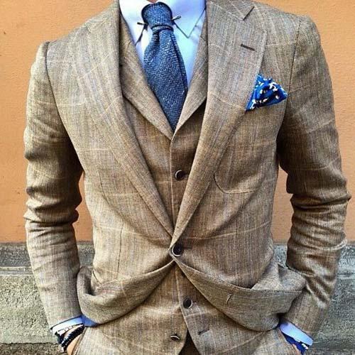 紺ニットタイとブラウンスーツ