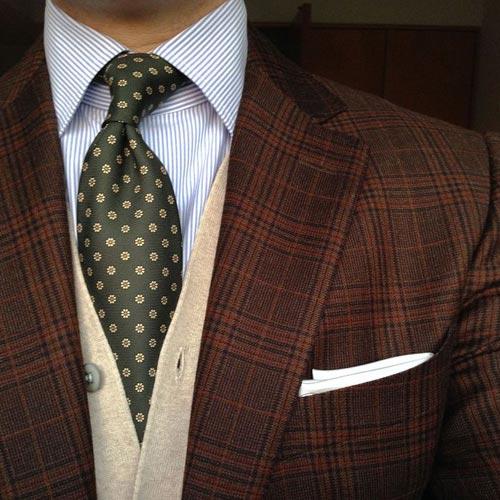 ダークグリーンのネクタイとチェックジャケット