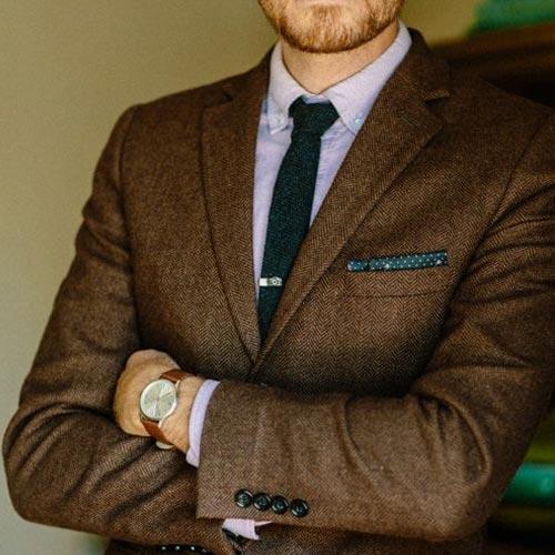 緑ネクタイとブラウンスーツ