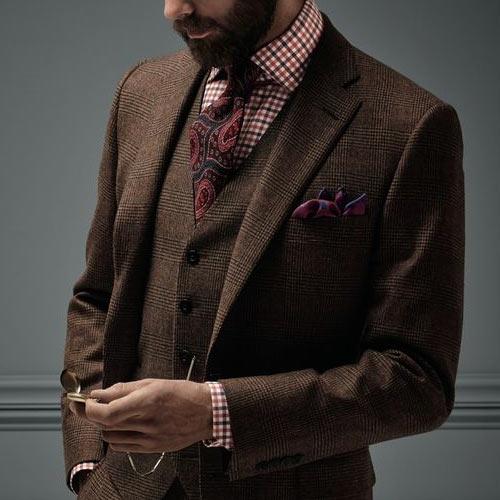 ペイズリーネクタイとブラウンスーツ
