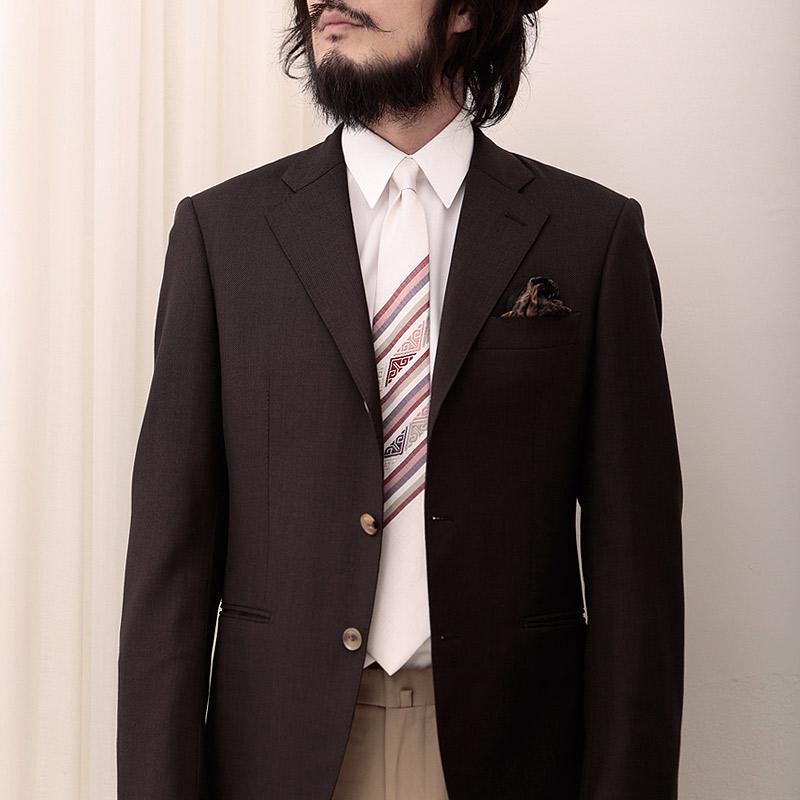 ツンドラの手織りシルクネクタイとブラウンジャケット