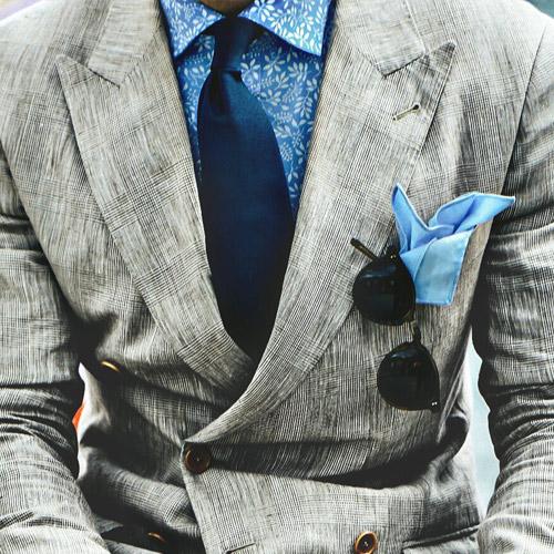 グレースーツと紺ネクタイ1