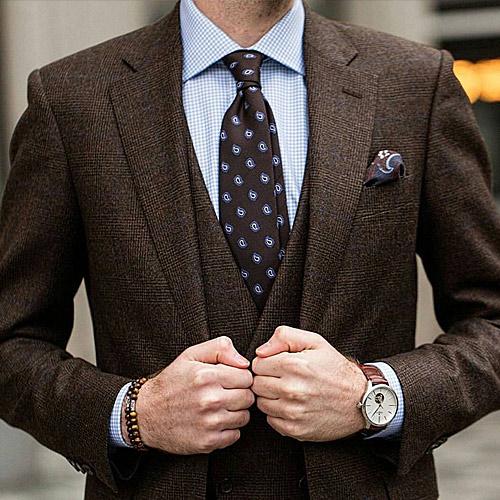 ブラウンスーツとネクタイ