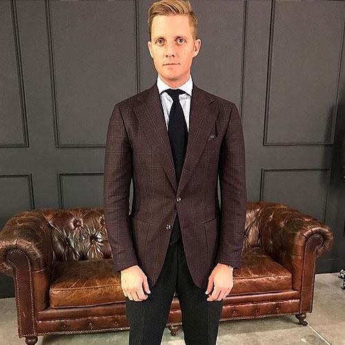 ブラウンスーツに合う黒ネクタイ