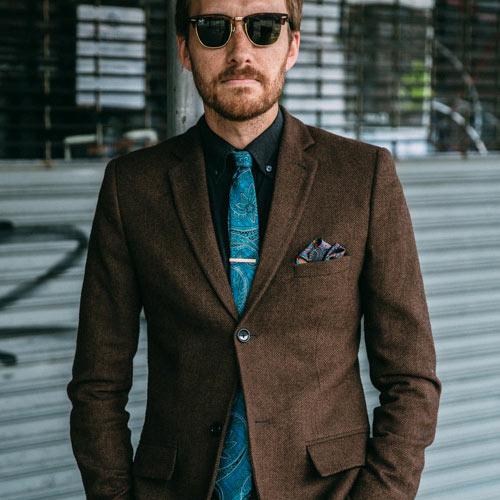 ブラウンスーツに合うブルーネクタイ