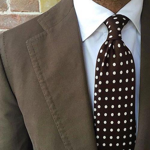ブラウンスーツに合う同系色ネクタイ