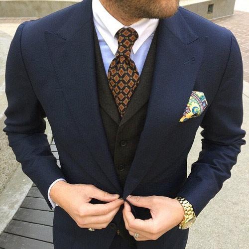 紺のスーツに合うブラウンネクタイ3