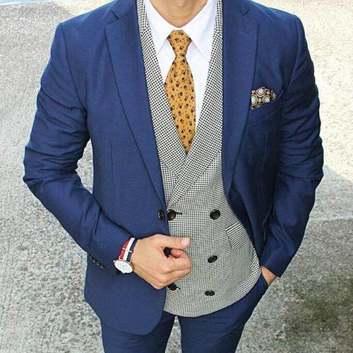 紺のスーツに合う黄色ネクタイ