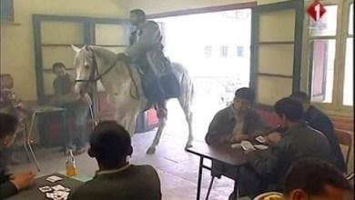 Photo of مواطنون يمتطون الأحصنة بعد منع جولان العربات