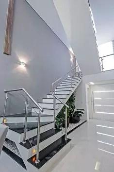 escalier classqiue noir et blanc tournant