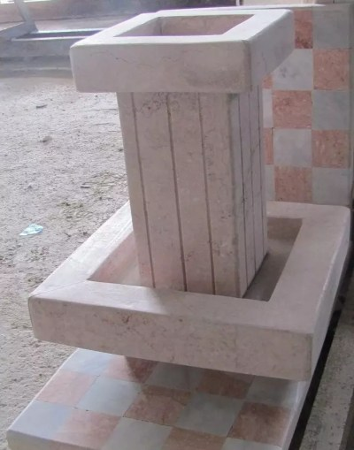 fontaine carré de marbre rose