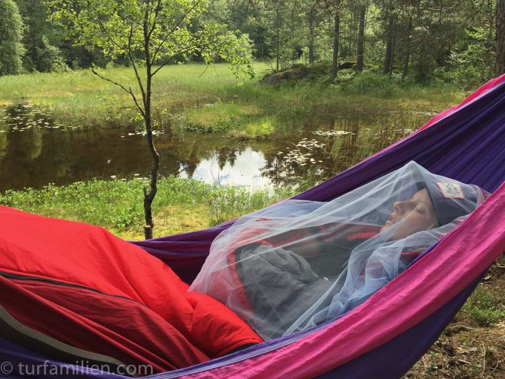 sove i hengekøye med baby