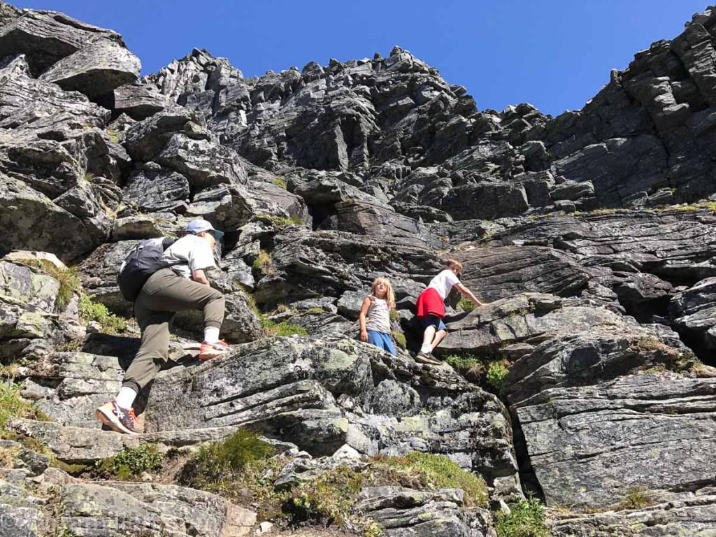 barn klatrer opp innerdalstårnet
