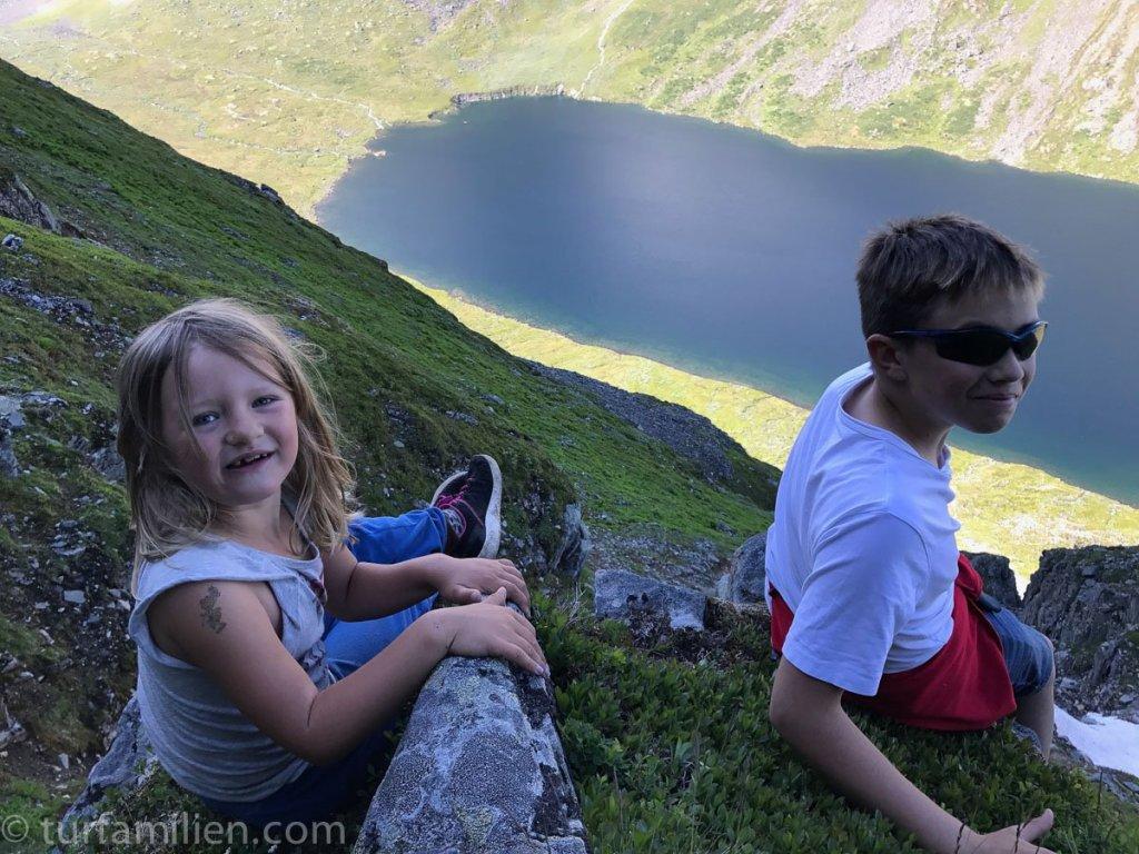 barn på vei opp innerdalstårnet