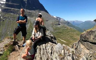 Med barn på Innerdalstårnet uten klatreutstyr