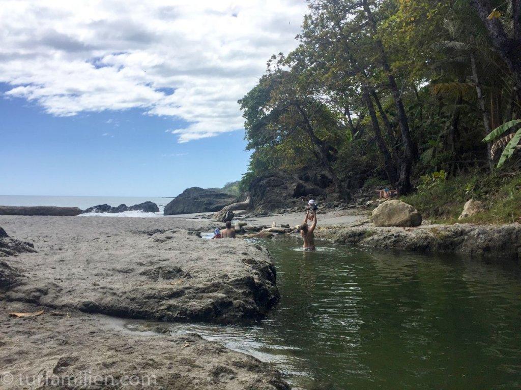 bade på stranda med barn costa rica