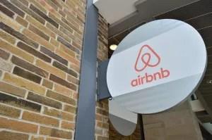 AirBNB har udviklet sig til en seriøs konkurrent til især de københavnske hoteller. Nu vil politikerne have AirBNB i strammere tøjler.