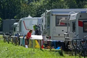 Foreningen Danmarks Frie Autocampere føler sig udsat for en hetz, efter at campingpladsejere anklager dem for at overnatte ulovligt på stranden. (Arkivfoto)