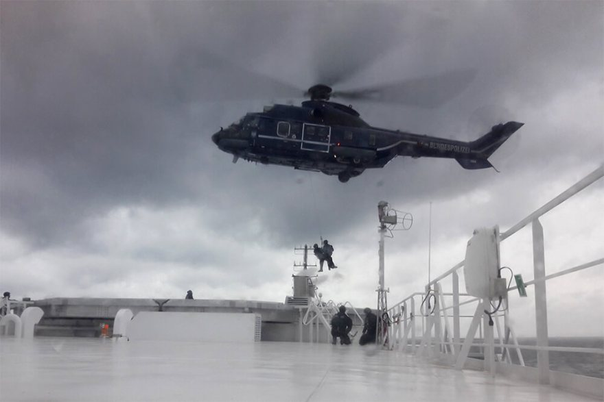 Der var blot tale om en øvelse, da ti tyske politifolk blev firet ned til Scandlines færge M/F Berlin. (Foto: Scandlines)